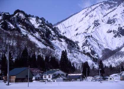 只見の冬:人家と雪食地形