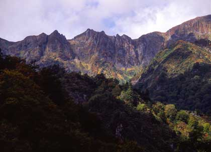 只見の秋:山下る紅葉と岩肌